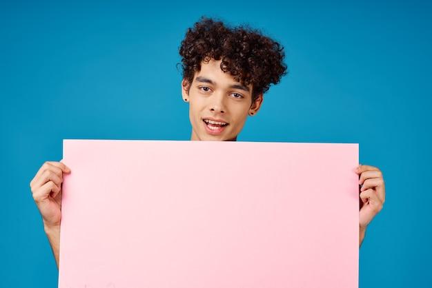 Парень с вьющимися волосами розовый плакат копия пространства реклама