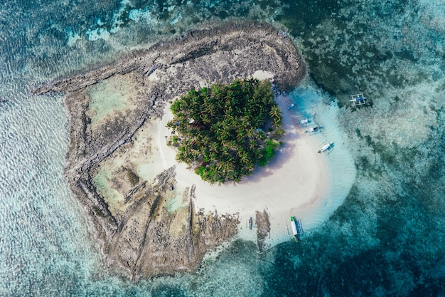 空から見たガイアム島の眺め。美しい島の上でドローンで撮影したショット。旅行、自然、海洋の風景についての概念