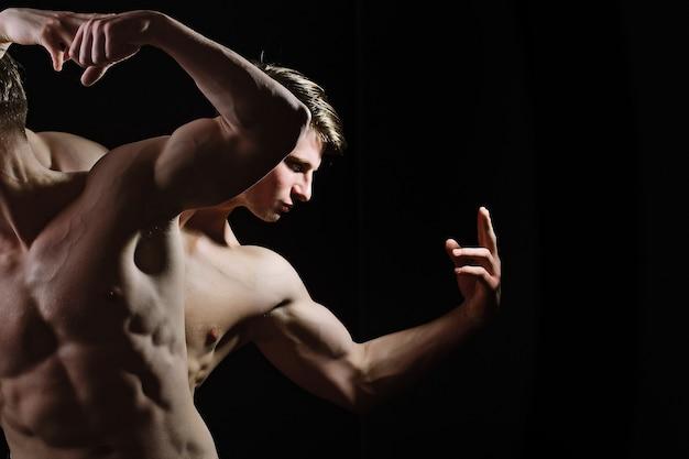 벌거 벗은 몸통을 가진 남자 벌거 벗은 몸통 6 팩 벌거 벗은 몸통을 가진 근육질 남자 벌거 벗은 몸통과 섹시한 남자