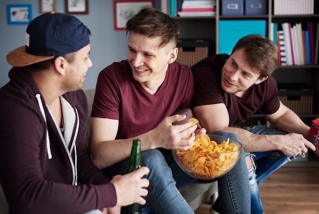 おやつやビールでリラックスする男たち