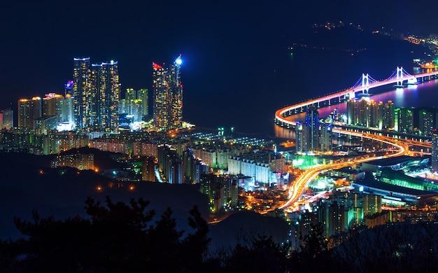 韓国、釜山の夜の広安大橋と海雲台