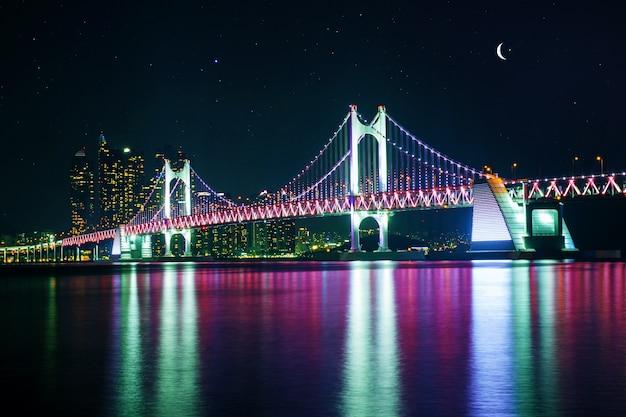 Мост gwangan и haeundae ночью в пусане, корея