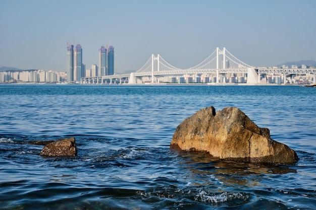 Мост гванган и небоскребы в пусане, южная корея