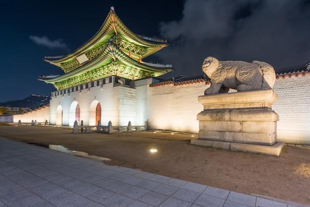 Gwanghwamun ворота в geyongbokgung дворец в сеуле в ночное время, южная корея.