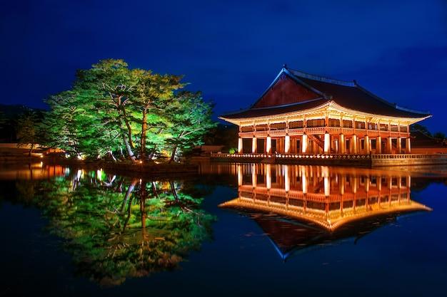 韓国、ソウルの夜の景福宮。
