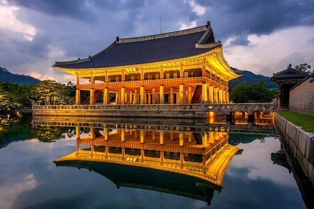서울, 한국에서 밤에 경복궁