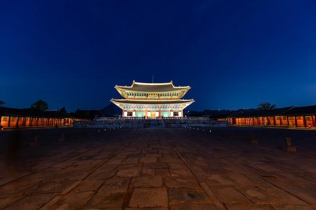 한국 서울의 밤 경복궁