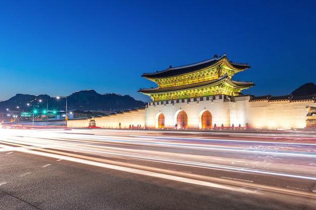 Дворец кёнбоккун, фронт ворот дворца в центре города сеул, южная корея. название дворца кёнбоккун