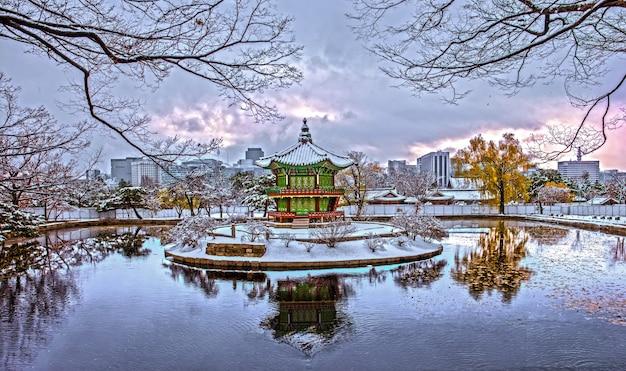韓国、ソウルの冬の景福宮。