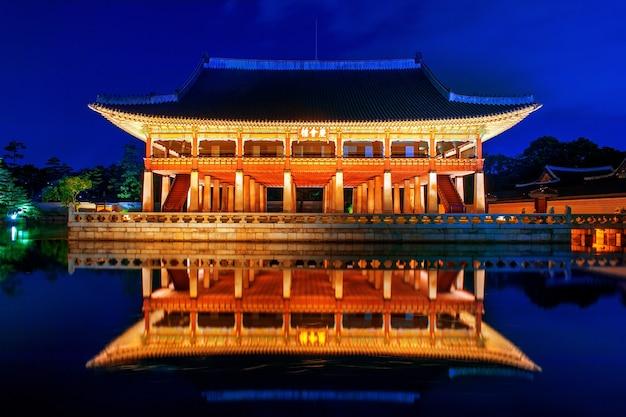 Palazzo gyeongbokgung di notte a seoul, in corea.