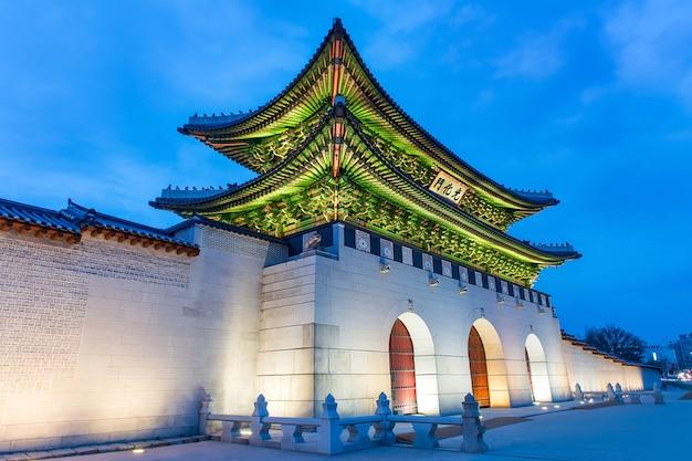 Palazzo gyeongbokgung di notte a seul, in corea del sud.