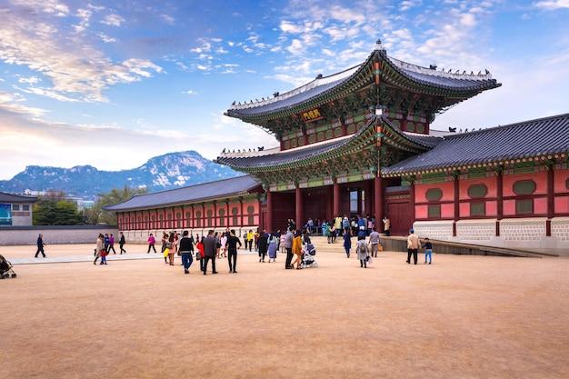 Дворец кёнбоккун с множеством людей и сеул, южная корея.