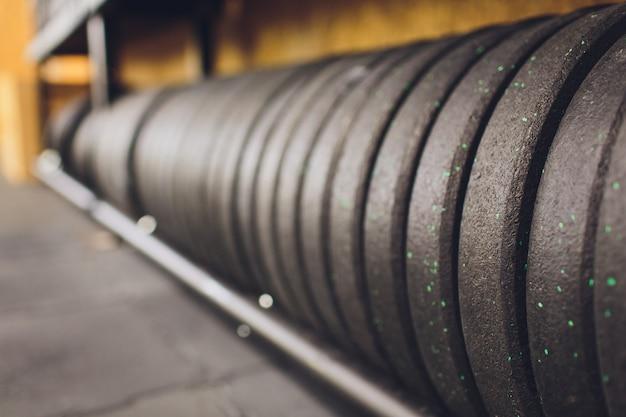 スポーツ、健康的な生活とジムの運動器具、スポーツコンセプト、コピースペースのジムとダンベルのウエイトトレーニング機器。