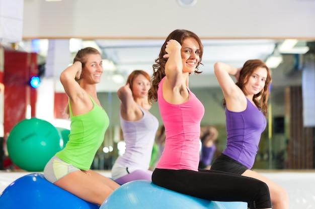 Тренажерный зал фитнес женщины - тренировки и тренировки