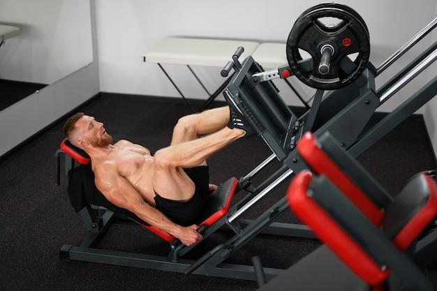 체육관 남자 다리 프레스 기계 훈련
