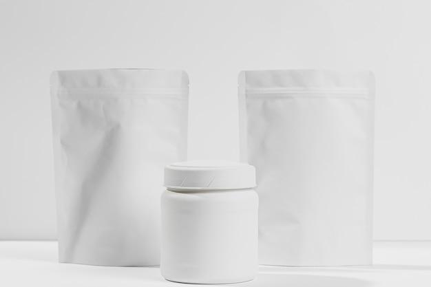 Supplementi di polvere da palestra sul tavolo