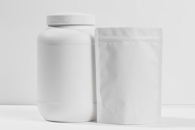 Supplementi di ginnastica sul tavolo