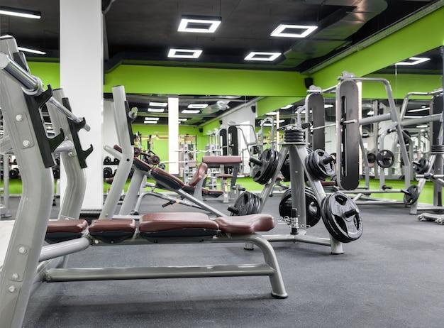 운동 기구와 검은 천장이 있는 체육관