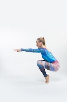 Ginnasta in un collant multicolore durante la tensione
