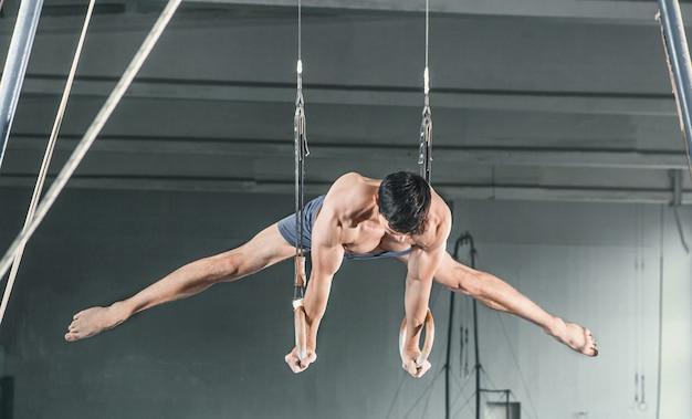 Гимнастка на стационарных кольцах