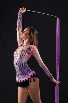 Гимнастка с помощью ленты