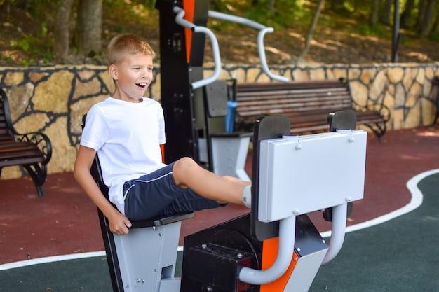 外での体操。努力を克服する少年。難しい目標を達成します。