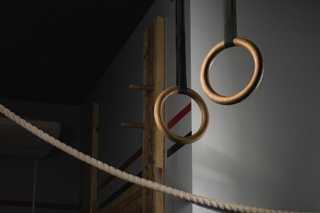 Crossfitgymのストラップに吊るされた体操リング