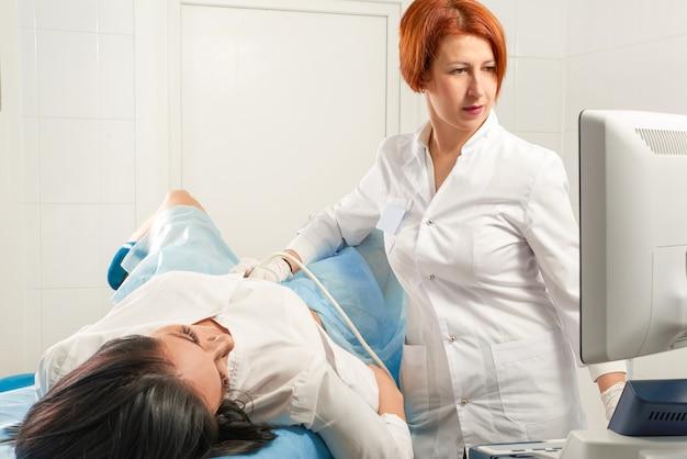 妊婦の超音波スキャンを行う婦人科医
