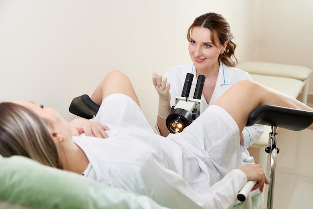 Гинеколог осматривает пациента под микроскопом в современной медицинской клинике