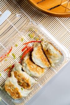 ぎょうざは、店頭で購入した機械製のラッパーを使用して中国の家庭で作られた餃子と同じです