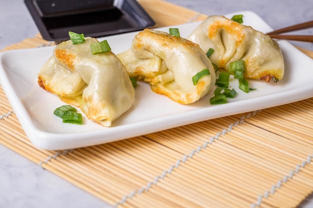 餃子は、パスタに牛肉、豚肉または野菜を詰めた伝統的なアジア料理です