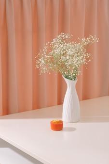 テクスチャード加工の背景にボトルに入ったカスミソウ(カスミソウ)。小さな白い花の美しく軽くて風通しの良い塊。室内装飾のコンセプトとしての花の静物。