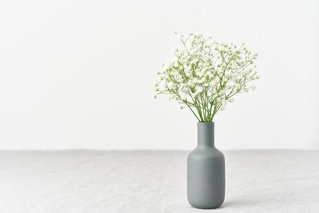 カスミソウの花の花瓶。柔らかな光、スカンジナビアのミニマリズム、