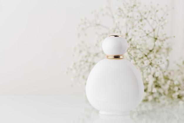 香水とカスミソウの花