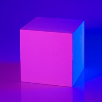 Гипсовый куб в розовом и голубом неоновом свете
