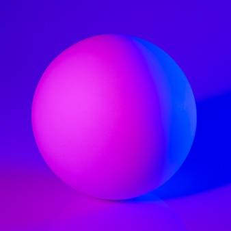 Гипсовая сфера в розовом и голубом неоновом свете