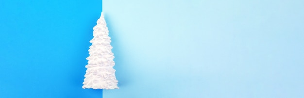 青色の背景に白い石膏クリスマスツリー
