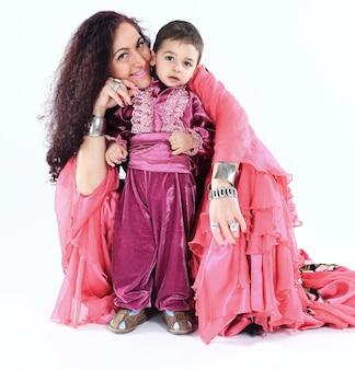 Цыганская семья. мать и сын. национальный костюм