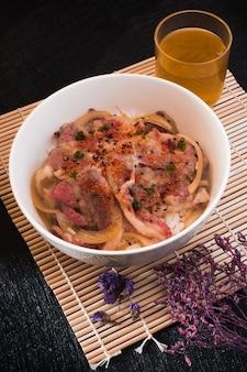 Гюдонская говядина с рисом. крупным планом в миске. японская кухня