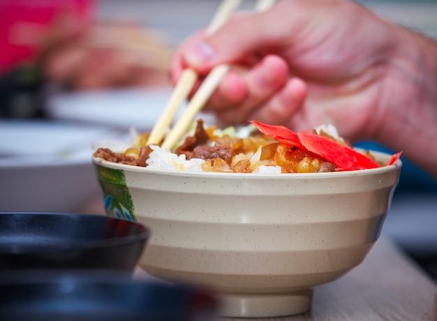 Gyudon 전통 일본 음식. 밥 위에 양파와 고기 조각. 비프 볼