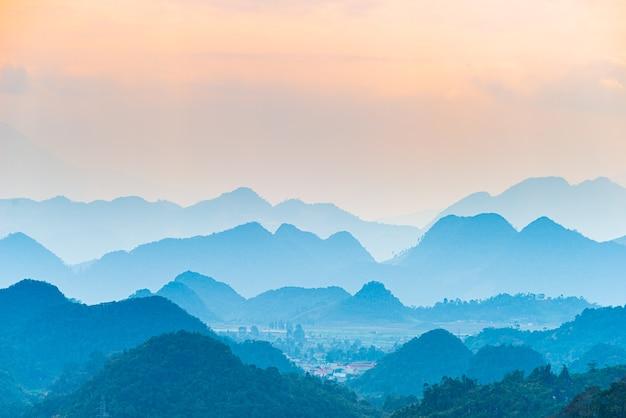 北ベトナム山のシルエットのハジャンカルストジオパークの風景