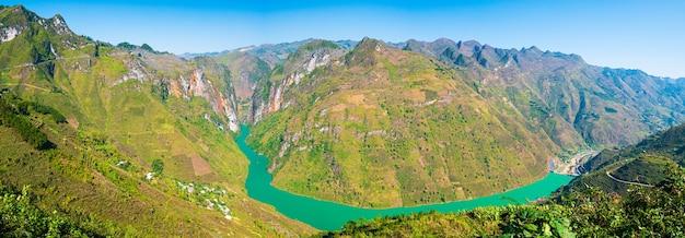 北ベトナムのハジャンカルストジオパークの山の風景ユニークな青い川