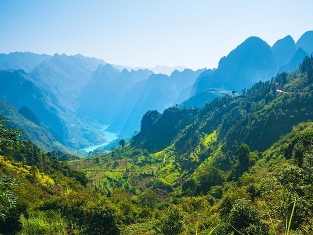 北ベトナムのハジャンカルストジオパークの山の風景