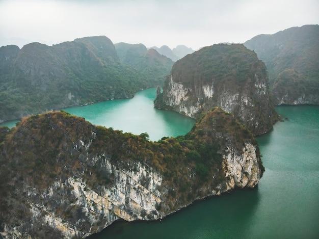 上からハロン湾。水中の高い岩。ハロンベトナム。