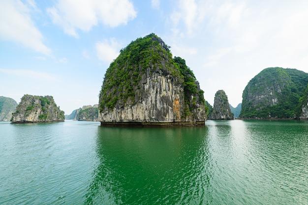 Бухта халонг, уникальные известняковые скалы и пики карстовых образований в море, известное направление во вьетнаме