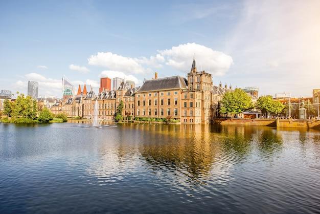 Haag, 네덜란드 - 2017년 8월 6일: 네덜란드 haag 시의 중심에 상원 및 일반 affaris 건물이 있는 hofvijver 호수의 풍경 보기