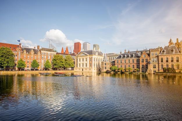 Хааг, нидерланды - 06 августа 2017: городской вид на озеро хофвейвер с зданием сената и министерства генерала аффариса в центре города хааг, нидерланды