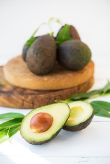 나무 판자에 있는 haas 아보카도, 천연 제품, 선택적 초점