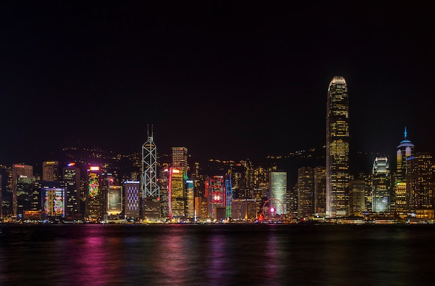 Красивый сценарный взгляд ночи habour и здания виктории на острове гонконга.