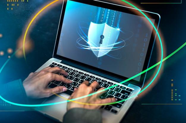 Хакер взломал код безопасности на ноутбуке